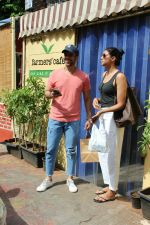 Tusshar Kapoor spotted with a friend at Farmer_s Cafe in bandra on 18th May 2018 (4)_5b029b93cb9e4.JPG
