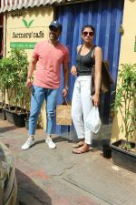 Tusshar Kapoor spotted with a friend at Farmer_s Cafe in bandra on 18th May 2018 (5)_5b029b9605164.JPG