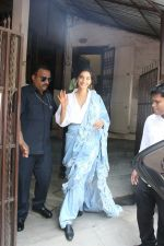 Sonam Kapoor with team of Veere Di Wedding spotted at dubbing studio in bandra on 24th May 2018 (11)_5b0c0a60e3864.JPG