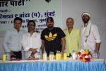 Manoj Bajpayee, Wajid Ali, Anees Bazmee, Naved Jaffrey at Oshiwara police head Subhash khanvilkar_s iftar party on 30th May 2018 (12)_5b0fba9317a56.JPG