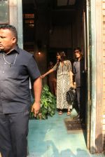 sonam Kapoor and Anand Ahuja spotted at pali vilage cafe on 1st June 2018 (2)_5b128374cc758.JPG
