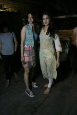 Rakul Preet Singh and Rhea Chakraborty spotted at Bandra on 12th June 2018 (6)_5b1fd5085f430.JPG