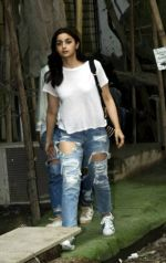 Alia Bhatt spotted at Kromakay salon in juhu on 12th June 2018 (3)_5b20b4d9974a7.jpg