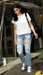 Alia Bhatt spotted at Kromakay salon in juhu on 12th June 2018 (9)_5b20b4e24aaea.jpg