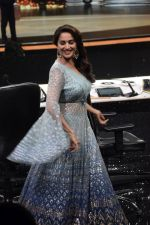 Madhuri Dixit on the sets of Colors dance realty show Dance Deewane in filmcity on 13th June 2018 (1)_5b22056a287ca.JPG