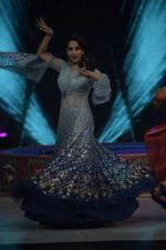 Madhuri Dixit on the sets of Colors dance realty show Dance Deewane in filmcity on 13th June 2018 (6)_5b2205714f2c7.JPG
