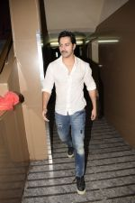 Varun Dhawan spotted at PVR juhu on 13th June 2018 (4)_5b22060365c6a.JPG