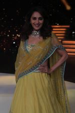 Madhuri Dixit on the sets of Color_s Dance Deewane in Filmcity, Goregaon , Mumbai on 25th June 2018 (11)_5b31e61ab6016.JPG