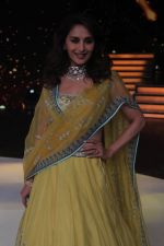 Madhuri Dixit on the sets of Color_s Dance Deewane in Filmcity, Goregaon , Mumbai on 25th June 2018 (12)_5b31e49c5e09a.JPG