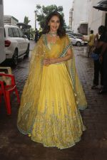 Madhuri Dixit on the sets of Color_s Dance Deewane in Filmcity, Goregaon , Mumbai on 25th June 2018 (15)_5b31e4a3c42dd.JPG