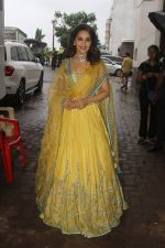 Madhuri Dixit on the sets of Color_s Dance Deewane in Filmcity, Goregaon , Mumbai on 25th June 2018 (8)_5b31e494ab692.JPG