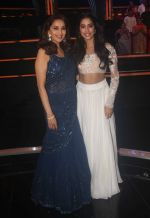 Madhuri Dixit, Janhvi Kapoor on the sets of colors Dance Deewane in filmcity on 10th July 2018 (22)_5b45a46b84aaa.JPG
