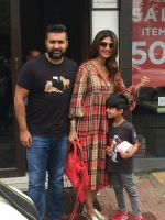 Shilpa Shetty, Raj Kundra & Son Viaan Spotted At Bastian In Bandra on 30th July 2018 (12)_5b606628bf68a.JPG