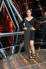 Sonakshi Sinha On The Sets Of Sony Indian Idol in Yashraj Studio, Andheri on 8th Aug 2018 (19)_5b6be44288808.JPG