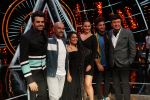 Sonakshi Sinha, Jassi Gill, Manish Paul,  Anu Malik, Neha Kakkar and Vishal Dadlani On The Sets Of Sony Indian Idol in Yashraj Studio, Andheri on 8th Aug 2018 (20)_5b6be4a15f400.JPG