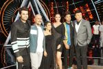 Sonakshi Sinha, Jassi Gill, Manish Paul,  Anu Malik, Neha Kakkar and Vishal Dadlani On The Sets Of Sony Indian Idol in Yashraj Studio, Andheri on 8th Aug 2018 (21)_5b6be4a3cc9c1.JPG