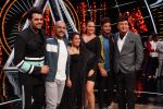 Sonakshi Sinha, Jassi Gill, Manish Paul,  Anu Malik, Neha Kakkar and Vishal Dadlani On The Sets Of Sony Indian Idol in Yashraj Studio, Andheri on 8th Aug 2018 (23)_5b6be45f6f843.JPG