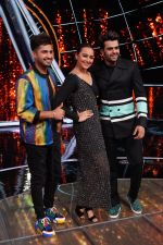 Sonakshi Sinha,Jassi Gill, Manish Paul On The Sets Of Sony Indian Idol in Yashraj Studio, Andheri on 8th Aug 2018 (4)_5b6be4650231a.JPG