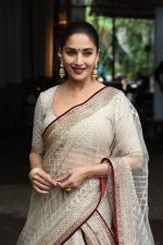 Madhuri Dixit on the the sets of Colors Dance Deewane in filmcity on 20th Aug 2018 (38)_5b7bbb8b46815.JPG