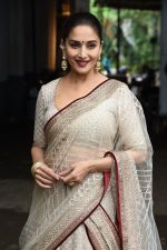 Madhuri Dixit on the the sets of Colors Dance Deewane in filmcity on 20th Aug 2018 (39)_5b7bbc1074319.JPG