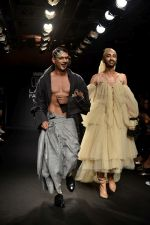 Prateik Babbar as the show stopper for BYE FELICIA BY CHOLA at Lakme Fashion Show on 22nd Aug 2018 (23)_5b816925a66ce.JPG