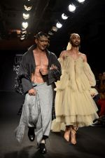 Prateik Babbar as the show stopper for BYE FELICIA BY CHOLA at Lakme Fashion Show on 22nd Aug 2018 (24)_5b8169283b097.JPG