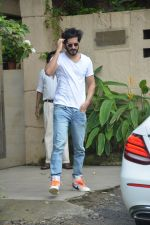 Harshvardhan Kapoor spotted at a clinic in bandra on 24th Aug 2018 (3)_5b83931c3d0c3.JPG