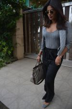 Priyanka Chopra spotted at a clinic in bandra on 24th Aug 2018 (1)_5b8393ebedabf.JPG