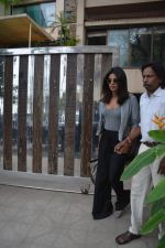 Priyanka Chopra spotted at a clinic in bandra on 24th Aug 2018 (3)_5b8393f4ee9d0.JPG