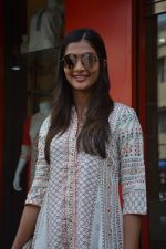 Pooja Hegde spotted at bandra on 27th Aug 2018 (11)_5b84fec2e424b.JPG