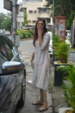 Pooja Hegde spotted at bandra on 27th Aug 2018 (12)_5b84fec509d86.JPG