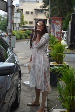 Pooja Hegde spotted at bandra on 27th Aug 2018 (15)_5b84fecd243ce.JPG