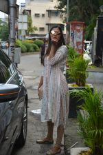 Pooja Hegde spotted at bandra on 27th Aug 2018 (16)_5b84fecf5e7c5.JPG