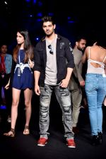 Sooraj Pancholi at Lakme Fashion Week STUDIO on 27th Aug 2018 (187)_5b84eeec21b45.JPG