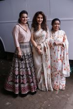 Asha Bhosle, Kajol, Madhuri Dixit On The Sets Of Colors Show Dance Deewane In Filmcity Goregaon on 30th Aug 2018 (22)_5b88f3a519142.jpg