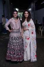 Madhuri Dixit, Kajol On The Sets Of Colors Show Dance Deewane In Filmcity Goregaon on 30th Aug 2018 (10)_5b88f36ee056f.jpg
