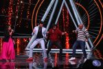 Varun Dhawan, Manish Paul, Vishal Dadlani on the sets of Indian Idol in Yashraj Studio, Andheri on 4th Sept 2018 (26)_5b8f78fa342a7.JPG