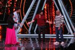 Varun Dhawan, Manish Paul, Vishal Dadlani on the sets of Indian Idol in Yashraj Studio, Andheri on 4th Sept 2018 (27)_5b8f78fbf338f.JPG