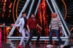 Varun Dhawan, Manish Paul, Vishal Dadlani on the sets of Indian Idol in Yashraj Studio, Andheri on 4th Sept 2018 (31)_5b8f78fdadb59.JPG