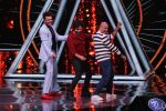 Varun Dhawan, Manish Paul, Vishal Dadlani on the sets of Indian Idol in Yashraj Studio, Andheri on 4th Sept 2018 (33)_5b8f78ff70f7a.JPG