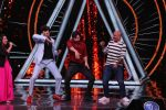 Varun Dhawan, Manish Paul, Vishal Dadlani on the sets of Indian Idol in Yashraj Studio, Andheri on 4th Sept 2018 (36)_5b8f79011497c.JPG