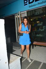 Shriya Saran spotted at Bblunt salon in bandra on 5th Sept 2018 (5)_5b90d7ee813b5.JPG