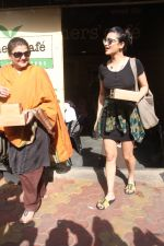 Shruti Hassan with mother Sarika spotted at farmer_s cafe bandra on 8th Sept 2018 (7)_5b95274b434d7.JPG