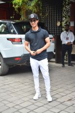 Aayush Sharma at Arpita Khan_s Ganpati Immersion at bandra on 14th Sept 2018 (4)_5b9ccac93f550.jpg