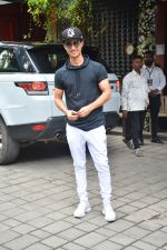 Aayush Sharma at Arpita Khan_s Ganpati Immersion at bandra on 14th Sept 2018 (6)_5b9ccacd59659.jpg