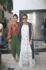 Kajol, Neha Dhupia spotted before the recording of NofilterNeha at Khar on 16th Sept 2018 (3)_5b9f45b5afae4.JPG