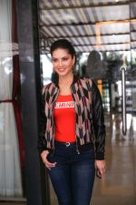Sunny Leone Spotted at Juhu on 17th Sept 2018 (10)_5ba093d14c211.jpg