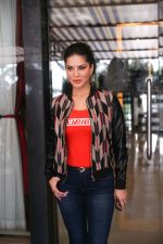Sunny Leone Spotted at Juhu on 17th Sept 2018 (11)_5ba093d42ad7d.jpg