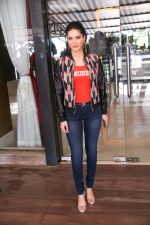 Sunny Leone Spotted at Juhu on 17th Sept 2018 (13)_5ba093da994f3.jpg