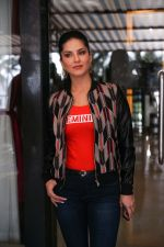 Sunny Leone Spotted at Juhu on 17th Sept 2018 (7)_5ba093c974cb1.jpg